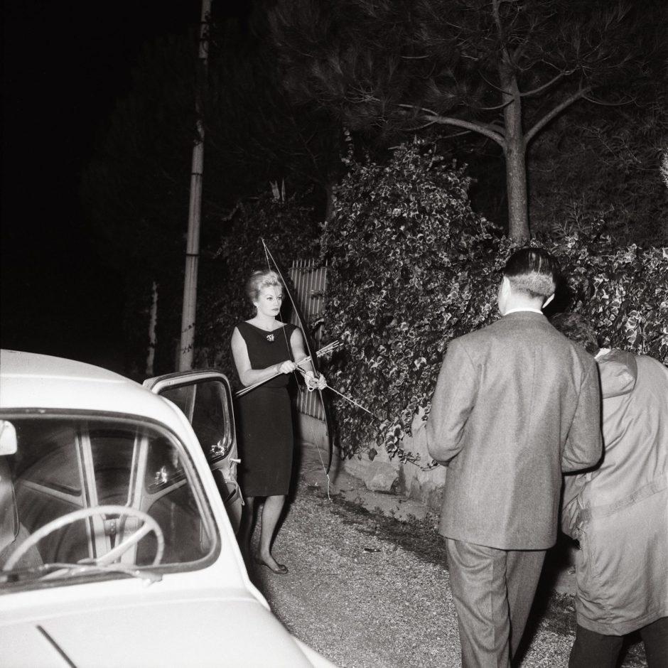 5.Marcello-Geppetti-Anita-Ekberg-con-arco-e-frecce-20-ottobre-1960-1920x1920